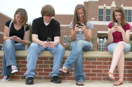 dzieci wysyłające sms-y