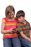 dzieci piszą SMS