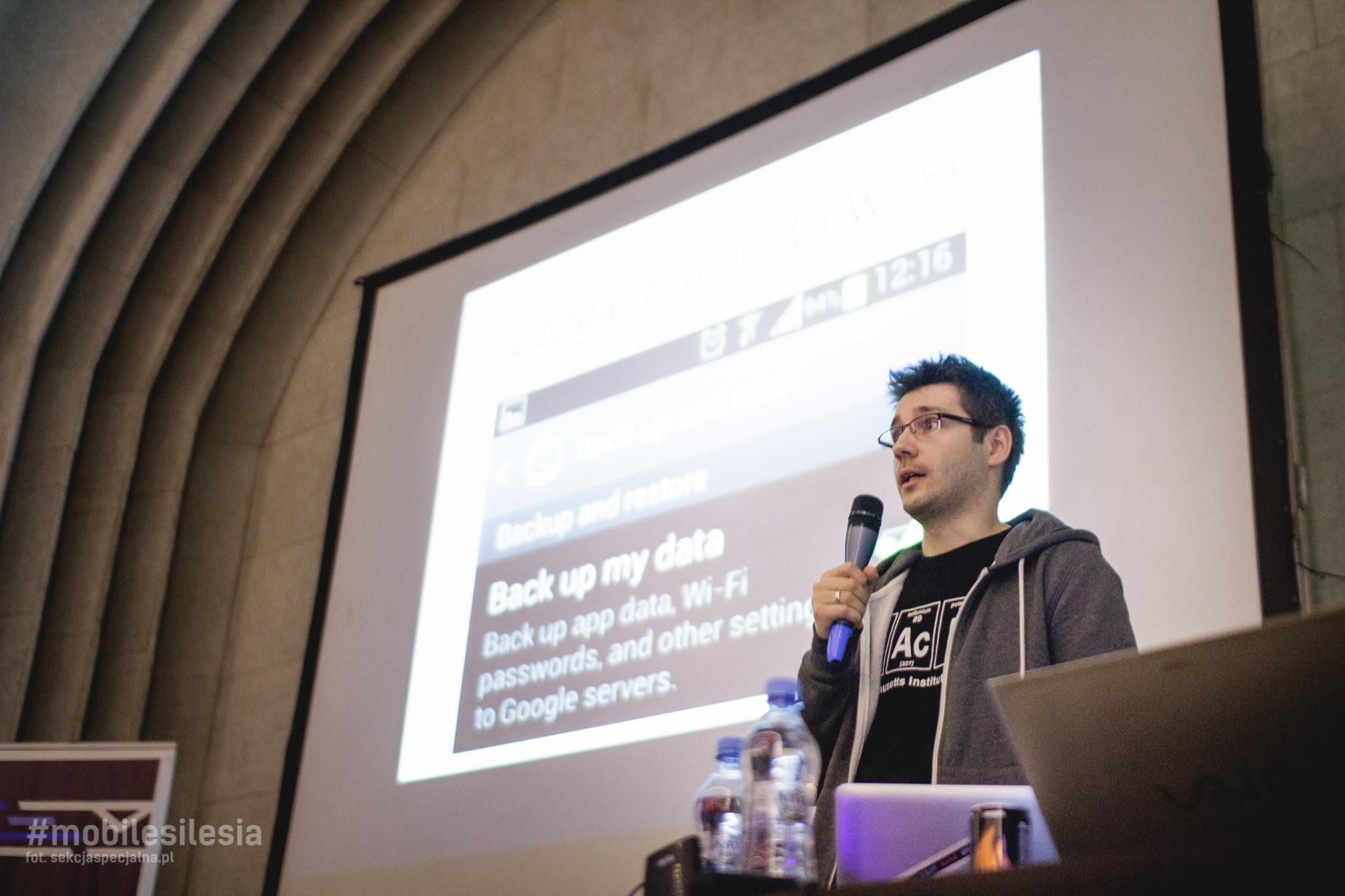 Piotr Konieczny podczas prelekcji na Mobile Silesia